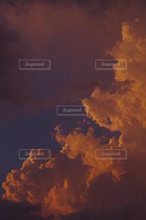 夕焼けに染まる雲の写真・画像素材[1066053]