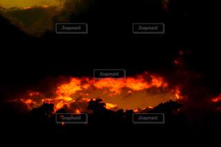 近く暗闇の中雲のアップの写真・画像素材[1066054]