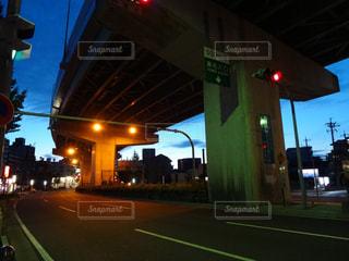 夜の街に信号機の写真・画像素材[1066249]