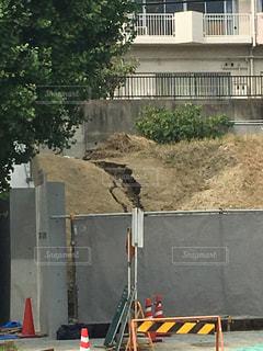 地割れの起きた工事現場の写真・画像素材[1076255]