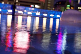 水面に映るネオンの明かりの写真・画像素材[1078966]