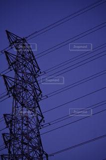 近くの塔のアップと電線の写真・画像素材[1078980]