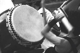 太鼓を叩く人の写真・画像素材[1079193]