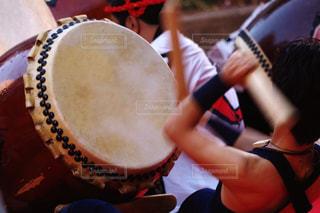 太鼓を叩く動きの写真・画像素材[1079194]