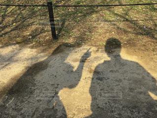 未舗装の道路を歩く人の写真・画像素材[1088174]