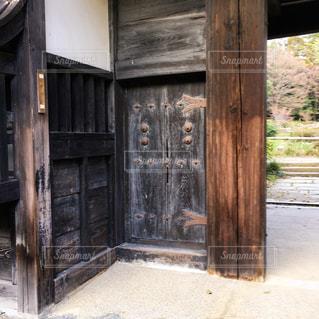 古い家屋の門の写真・画像素材[1088421]