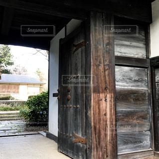 日本家屋の門の写真・画像素材[1088427]