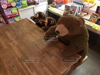 木製テーブルの上に座っているテディー ・ ベアの写真・画像素材[1114890]