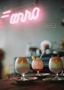 ワイングラス付きのテーブルの写真・画像素材[3378024]