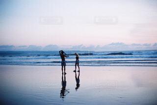 水の体の隣に立っている人の写真・画像素材[4492244]