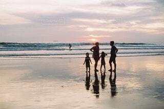 ビーチを歩く家族の写真・画像素材[4492245]