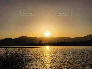 川に映る夕陽の美しさの写真・画像素材[812844]