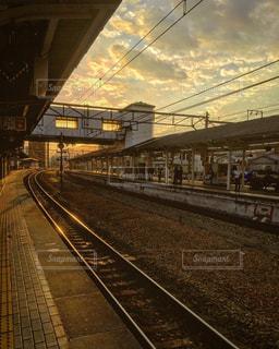 鋼のトラックに大きな長い列車の写真・画像素材[813081]