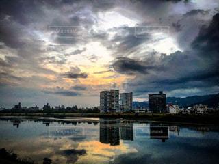 夕陽の沈んだ川の写真・画像素材[820655]