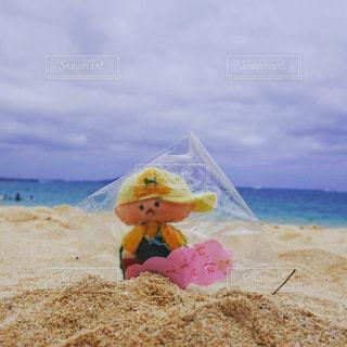 砂浜に座っている小さな子供の写真・画像素材[719712]