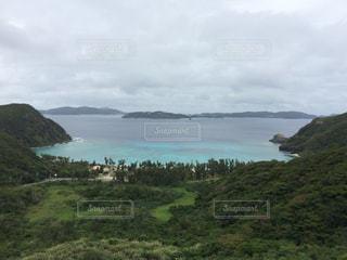 近くに水の体の横にある丘の中腹のアップの写真・画像素材[719824]