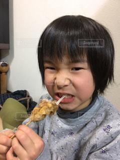 いくつかの料理を食べている男の子の写真・画像素材[720438]