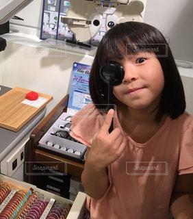 机に座っている少女の写真・画像素材[720446]