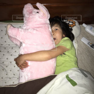 ベッドの上で横になっている少女 - No.720447