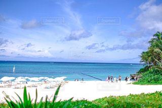 砂浜の上に座っての芝生の椅子のグループの写真・画像素材[1761429]