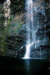 いくつかの水の上の大きな滝の写真・画像素材[1785124]