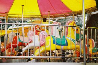 近くに黄色い傘のアップの写真・画像素材[841148]