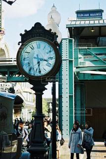 街の通り上のポール上にある時計の写真・画像素材[841151]