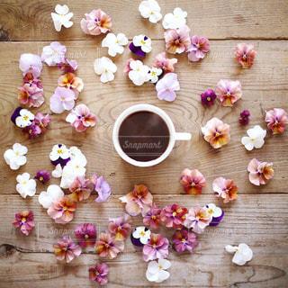 テーブルの上の花の写真・画像素材[1060297]