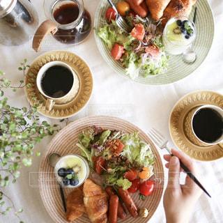 テーブルの上に食べ物のプレートの写真・画像素材[1152448]