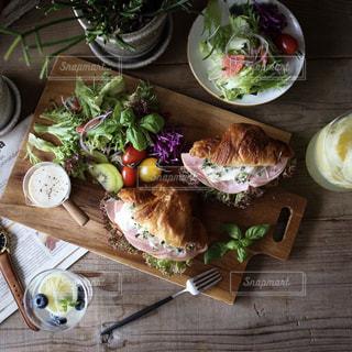 木製のテーブルの上に食べ物の束の写真・画像素材[1158596]