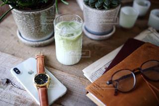 テーブルの上のコーヒー カップの写真・画像素材[1175437]
