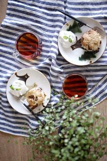 テーブルの上に食べ物のプレートの写真・画像素材[1217467]
