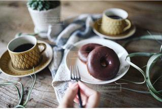 テーブルの上のコーヒー カップの写真・画像素材[1269513]