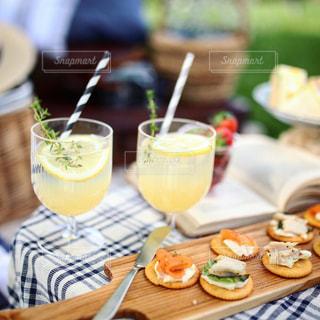 テーブルな皿の上に食べ物のプレートをトッピングの写真・画像素材[1269575]
