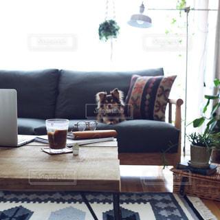 リビング ルームで茶色の革のソファの写真・画像素材[1312628]