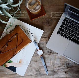 木製テーブルの上に座っているラップトップ コンピューターの写真・画像素材[1312637]