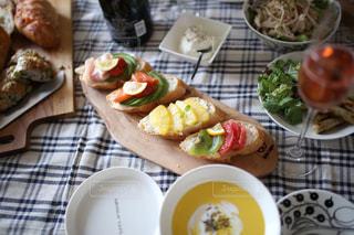 テーブルの上に食べ物のプレートの写真・画像素材[1312641]