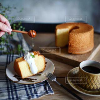 テーブルの上のケーキの一部の写真・画像素材[1321611]