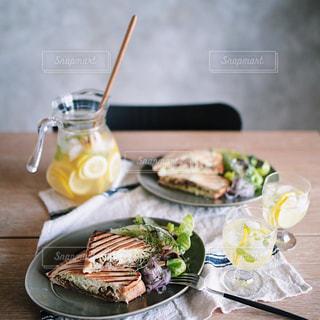 テーブルの上に食べ物のプレートの写真・画像素材[1522777]
