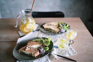 木製テーブルの上に座って食品のプレートの写真・画像素材[1522778]