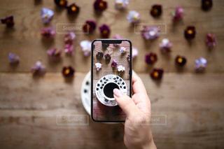 携帯電話を持つ手の写真・画像素材[1615653]