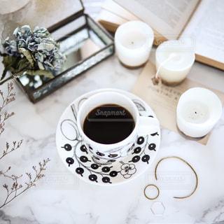 テーブルの上のコーヒー カップの写真・画像素材[1623456]