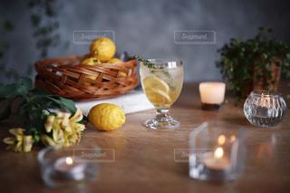 木製のテーブルの上に置かれるグラスの写真・画像素材[2088682]