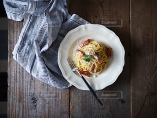 木製のテーブルの上の食べ物の皿の写真・画像素材[2088683]