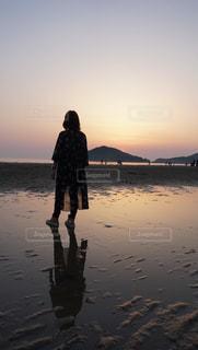 水の体の横に立っている人の写真・画像素材[1157057]
