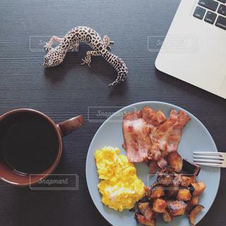 テーブルの上に食べ物のプレートの写真・画像素材[850412]