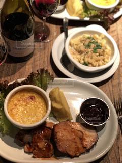 テーブルの上の皿の上に食べ物のボウルの写真・画像素材[886815]