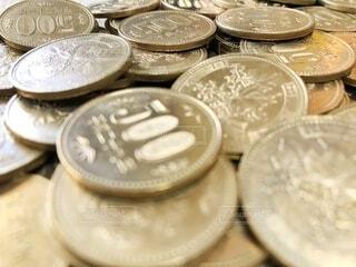 たくさんの五百円玉の写真・画像素材[4375483]