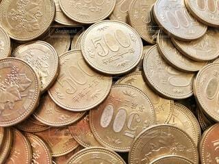 たくさんの五百円玉の写真・画像素材[4375477]