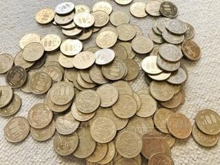 たくさんの五百円玉の写真・画像素材[4375482]